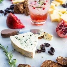 How to Impress Your Guests with the Perfect Holiday Cheeseboard & Cocktail Combo!
