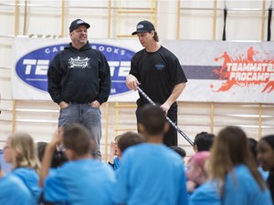 Garth Brooks and Oilers fan favourite Ryan Smyth hold sports camp with kids