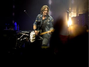Concert review: Country superstar Keith Urban keeps summer vibes flowing